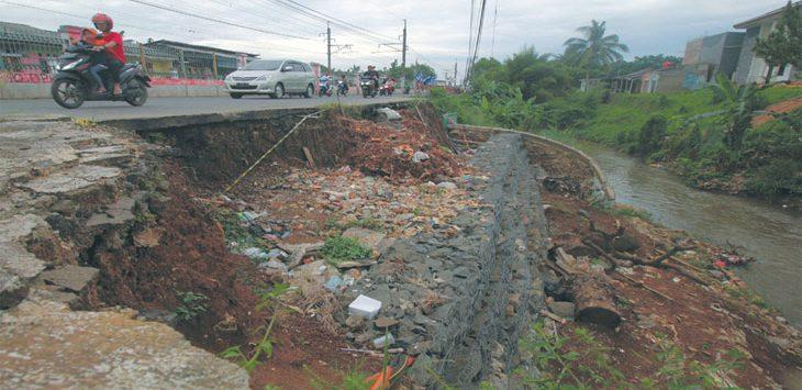 Tampak terlihat turap yang sampai saat ini belum diperbaiki di sisi Jalan Raya Citayam, Kelurahan Ratu Jaya, Kecamatan Cipayung, Minggu (17/3/19). Radar Depok