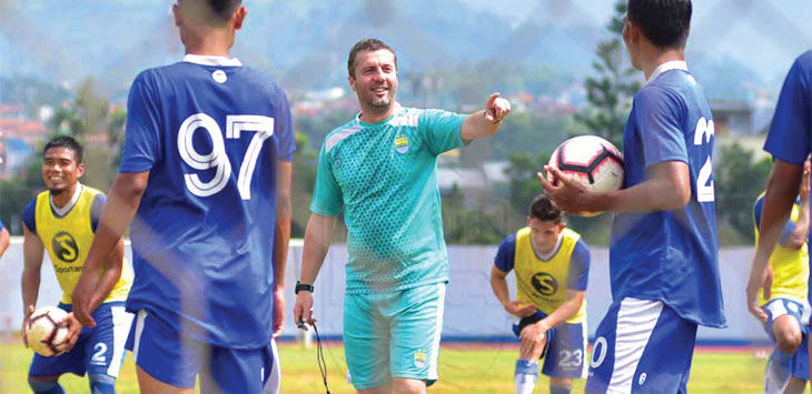 Pelatih Persib Bandung, Miljan Radovic memimpin jalannya latihan Supardi dan kawan-kawan di Stadion Sport Jabar Arcamanik, Kota Bandung. Ist