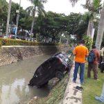 Mobil Avanza 'Nyemplung' ke Selokan