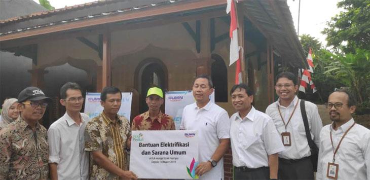 Deputi Menteri BUMN Gatot Trihargo saat menyambungkan listrik di RT02/07, Bojongsari Lama, Bojongsari