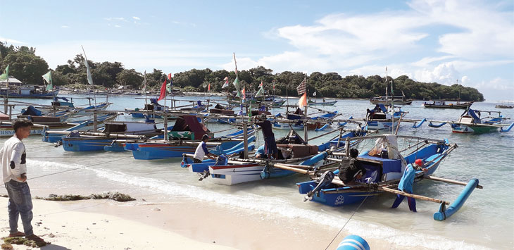 Puluhan perahu congkreng nelayan di Pantai Ujunggenteng Bagal Baterai, Desa Ujung Genteng, Kecamatan Ciracap, Kabupaten Sukabumi, ditambatkan karena cuaca akstrem Puluhan perahu congkreng nelayan memilih tidak beroperasi karena tinggi gelombang di perairan Laut Selatan Sukabumi. Radar Sukabumi