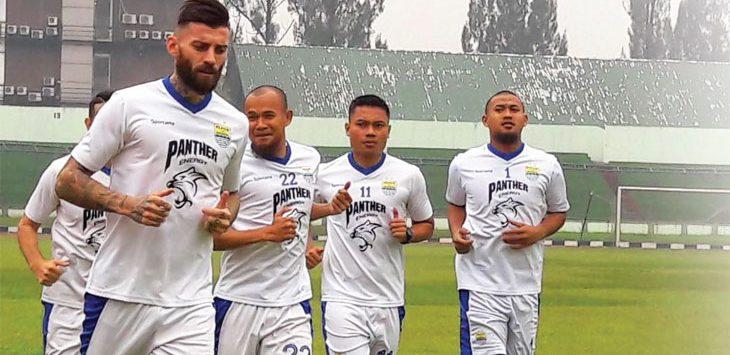 Skuad Maung Bandung saat menjalani sesi pemanasan. Persib Bandung bakal kedatangan pemain anyar pada pemusatan latihan di Batam, 25 Maret 2019. Ist