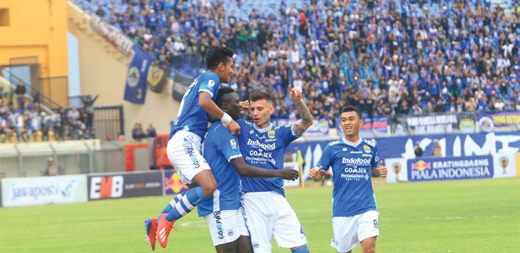 Pemain Persib Bandung saat lakukan selebrasi usai Ezechiel N'douassel bobol gawang lawan. TAOFIK ACHMAD HIDAYAT/ RADAR BANDUNG