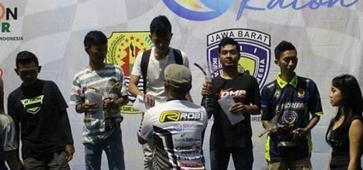 Wahyu Raharjo, pembalap asal Kota Cirebonsaat berada di podium pada gelaran Cirebon Katon Championship 2019./Foto: Istimewa