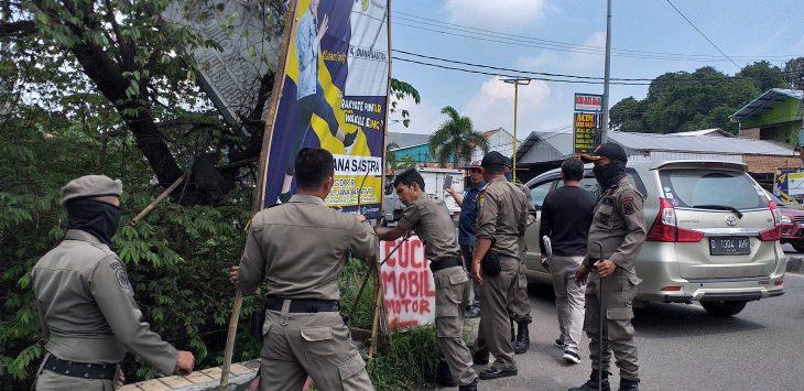 Bawaslu dan Satpol PP Kabupaten Cirebon tertibkan alat peraga kampanye yang melanggar. Ghofar/pojokjabar