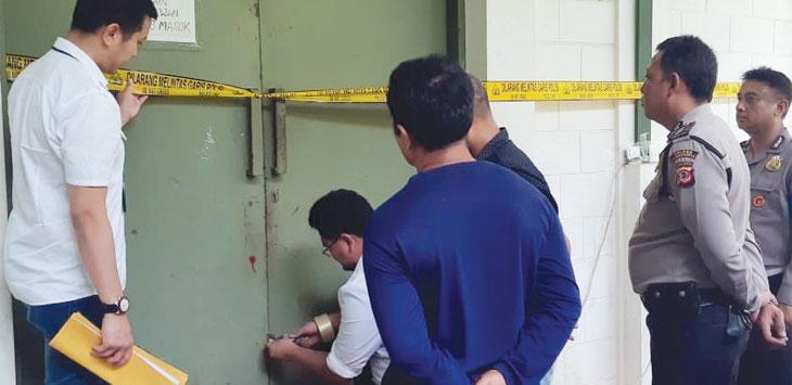 Tim Badan Reserse Kriminal Polri melakukan penyegelan perusahaan air minum dalam kemasan yang diduga tidak mengantongi izin.