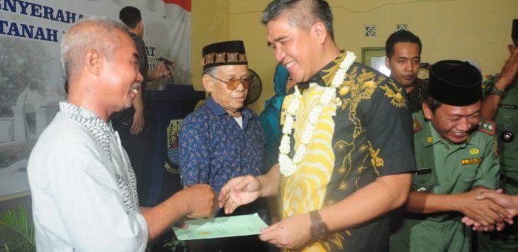 Pj. Bupati Cirebon, Dicky Saromi serahkan sertifikat warga Arjawinangun. Kirno/pojokjabar