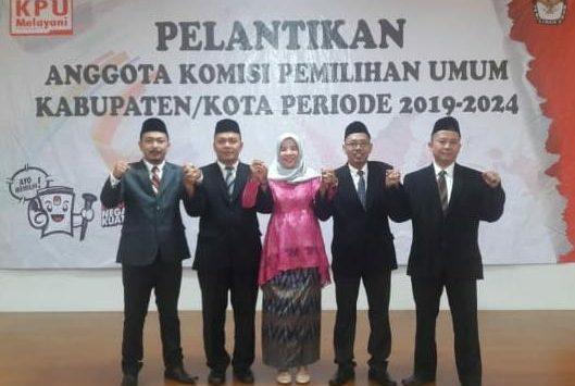 Kompak, Ketua dan Anggota KPU Kabupaten Cirebon usai dilantik KPU RI, Selasa (19/3/2019) malam. Ist/pojokjabar