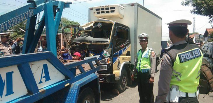 Petugas Satlantas Polres Cirebon mengevakuasi bangkai mobil box. Kirno/pojokjabar