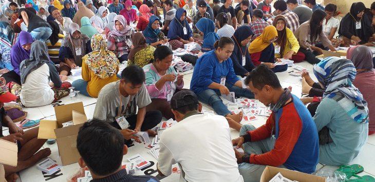 Ratusan pekerja sedang melakukan penyortiran, pelipatan dan pengesetan surat suara. Ghofar/pojokjabar