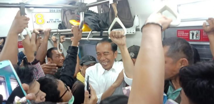 Presiden Jokowi tertawa bersama penumpang KRL yang berdesakan beberapa waktu lalu. (foto indra)
