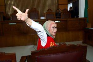 Ratna Sarumpaet acungkan dua jari di sidang (ist)