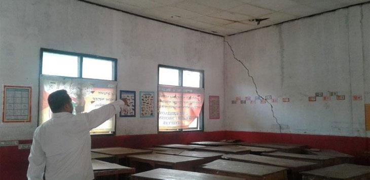 Kepala Sekolah SDN Santang, Dadang Sugandi, menunjukan bangunan yang retak, Kamis (21/3/19). RadarBandung