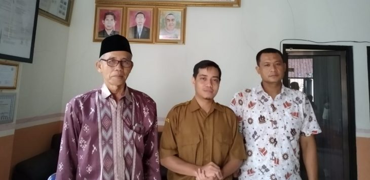 Dari kanan Ketua PCM Lemahabang, tengah Kepala SMK Muhammadiyah Lemahabang. Indra/pojokjabar