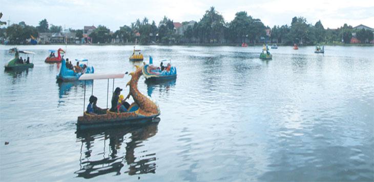 Pengunjung menaiki wahana air di Situ Cilodong, Kecamatan Cilodong, kemarin. Tempat tersebut berpotensi menjadi kawasana wisata air yang dapat berkembang. Ahmad Fachry/Radar Depok
