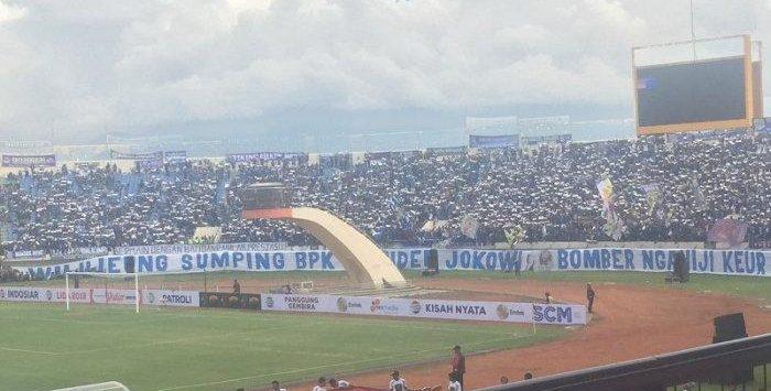 Spanduk pada pembukaan Piala Presiden 2019 di Stadion Si Jalak Harupat