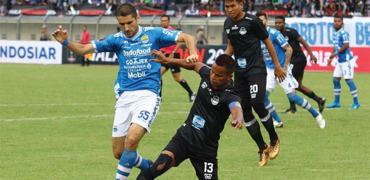 Srdjan Lopicic berduel dengan pemain PS Tira-Persikabo dalam pertandingan pembuka Piala Presiden 2019, di Stadion Si Jalak Harupat, Sabtu (2/3/19). Ist