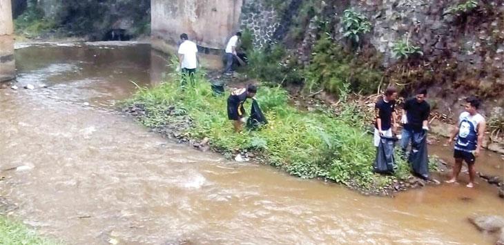 Sejumlah warga saat membersihkan sampah di sungai Cipelang yang berlokasi di Kecamatan Gunungpuyuh. Radar Sukabumi