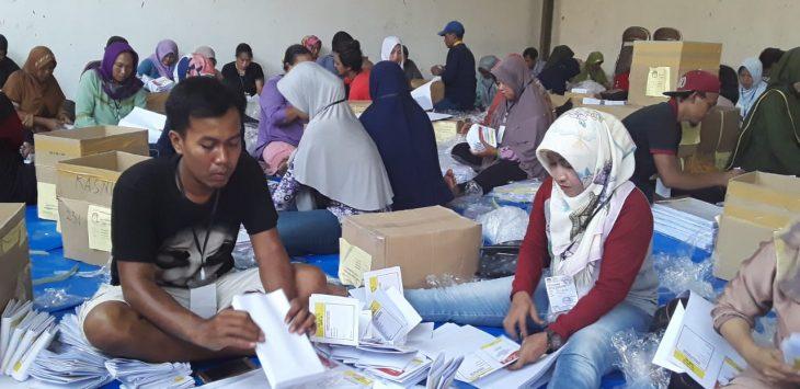 Surat suara tengah dilipat di Kabupaten Indramayu Jawa Barat (yanto)