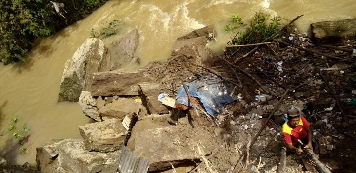Dapur milik Sukarya ambruk terbawa arus sungai Cipager. Kirno/pojokjabar