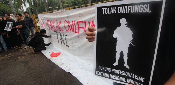 Badan Eksekutif Mahasiswa (BEM) se-Universitas Indonesia melakukan aksi damai dalam rangka menyikapi isu revisi UU TNI di kawasan Stasiun UI, Senin (18/3/19). Radar Depok