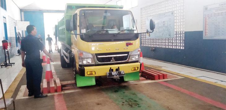 Personel Dishub melakukan pemeriksaan uji KIR kendaraan.