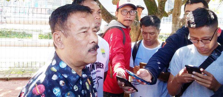 Manager Persib Umuh Muchtar saat memberikan keterakan di hadapan awak media beberapa waktu lalu. Ist