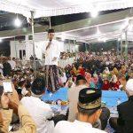 Ustadz Abdul Somad saat tahlilan malam ketiga meninggalnya ibunya Hj Rohana (Fb)