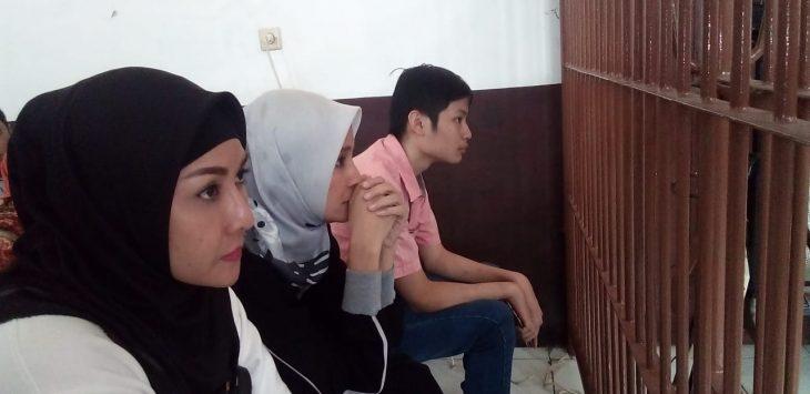 Inneke Koesherawati (tengah) saat di persidangan suaminya./Foto: Arief