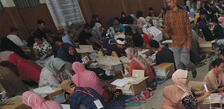 Sejumlah pekerja lepas melakukan pelipatan surat suara di gudang logistik KPU Depok, Kecamatan Cimanggis, Senin (11/3/19). Ahmad Fachry/Radar Depok