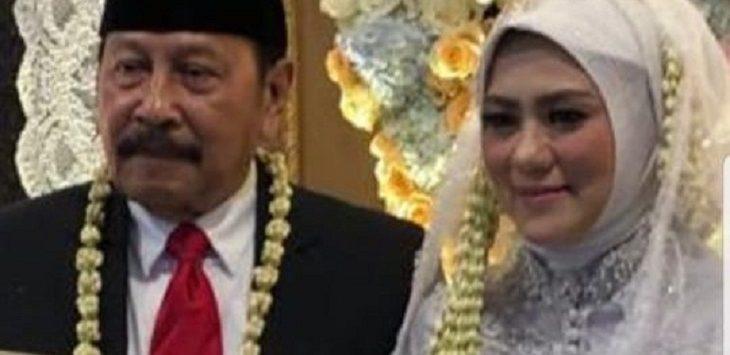 Tampak bahagia, Aang Hamid Suganda berpose dengan istri barunya. Istimewa/pojokjabar
