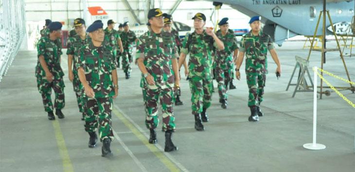 Dankoharmatau Tinjau Kesiapan Alutsista Pesawat Terbang TNI AL./Foto: Arief