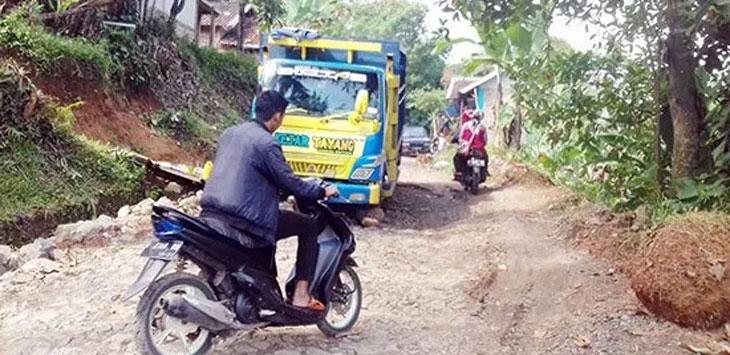 Salah satu kendaraan saat mengalami mogok di Jalan Cijangkar-Sukamaju yang berada di Kecamatan Nyalindung.