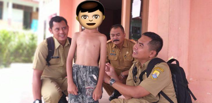 Petugas Dinas Kesehatan Kabupaten Cirebon rutin melakukan pemeriksaan terhadap penderita penyakit kusta. Indra/pojokjabar