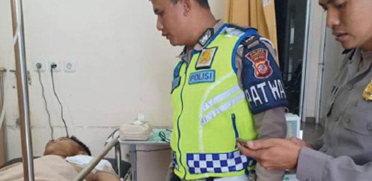 Salah seorang anggota kepolisian dari Satlantas Polres Sukabumi Kota saat membesuk korban pembacokan, Gagu di RSUD R Syamsudin SH, minggu (31/1/19). Radar Sukabumi