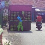 Truck pengangkut gas Melon menyalurkan gas ukuran 3 kilogram ke agen-agen resmi penjualan. Ian/pojokjabar