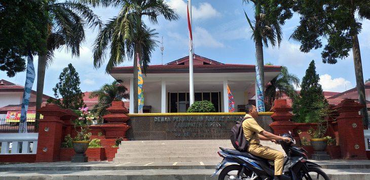 Seorang pegawai melintas di depan Gedung DPRD Kabupaten Cirebon. Ghofar/pojokjabar