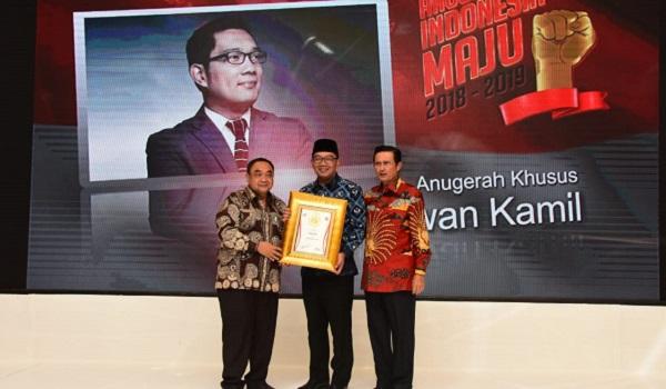Gubernur Jabar Ridwan Kamil saat menerima penghargaan Gubernur Milenial Tahun Ini di Jakarta (ist)