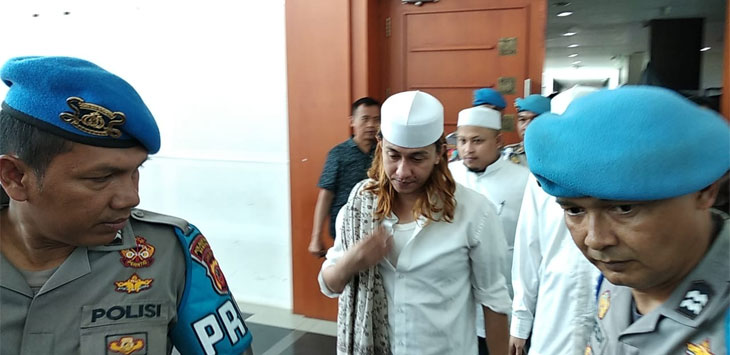 Habib Bahar bin Smith usai sidang di gedung arsip perpustakaan kota Bandung, kamis (18/4/19). (arief)