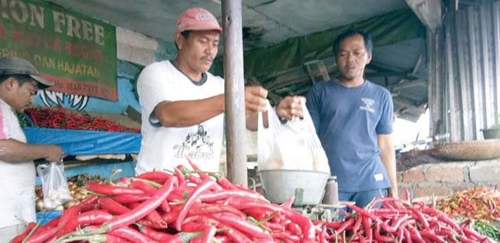 Salah seorang pedagang Cabai di pasar tradisional Kota Sukabumi saat melayani pembeli. Ist