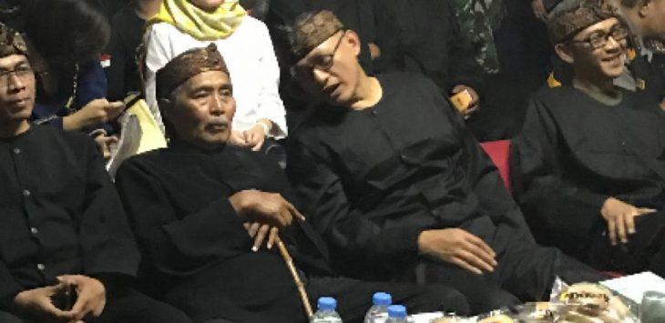 Boyke Febrian Mohammad saat ngobrol dengan Abah Encep Erom salah saty sesepuh peguron pencak silat di Bandung