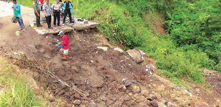 Jalur Sumedang-Indramayu-Subang di blok Cinambo Desa Gendereh Kecamatan Buahdua nyaris putus akibat ambles. Radar Sumedang