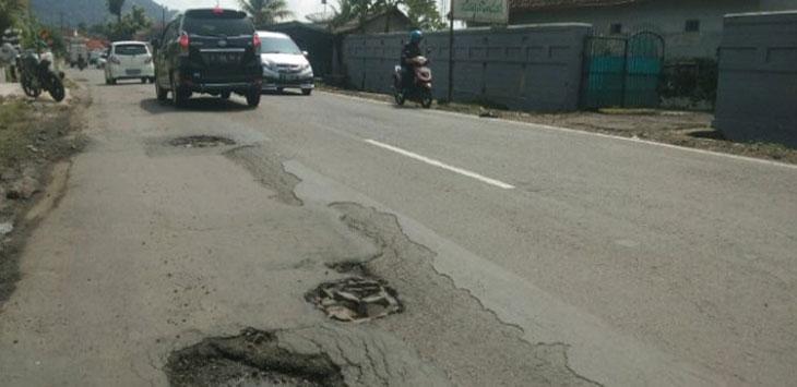 Pengendara sepeda motor melintasi jalan milik Provinsi Jawa Barat yang kian mengkhawatirkan, Rabu (10/4/19). Ist