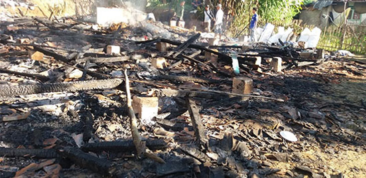 Beberapa warga korban kebakaran terlihat sedang mencari barang-barang yang tersisa. Radar Sukabumi