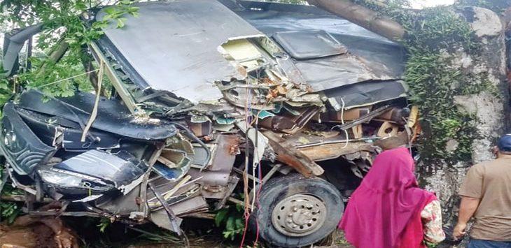 Mobil yang ditumpangi para siswa dari MAN Surade ringsek setelah menghantam pohon randu di Tikungan Tajam Cijebus, Desa Sukamukti, Kecamatan Waluran pada Minggu (21/4/19) dini hari.