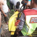Petugas polisi bersama warga Baturuyuk saat mengevakuasi jenazah