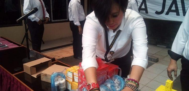 Kosmetik ilegal yang diungkap Polda Jabar di Karawang (arif)