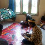Pihak keluarga sedang mendoakan almarhum Sutardi. Foto/istimewa