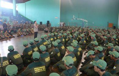 2000 pasukan Linmas di Kota Cirebon saat menggelar apel kesiapan Pemilu 2019 di GOR Bima, Kota Cirebon.