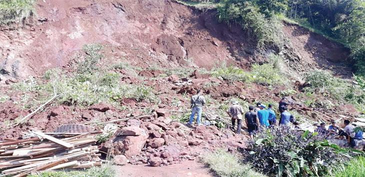 Petugas gabungan nampak sedang membersihkan material longsor di Kampung Cimeri, RT 03/01, Desa Cianaga, Kecamatan Kabandungan yang menutup akses jalan dan menimbun satu rumah warga, kamis (25/4/19). Ist